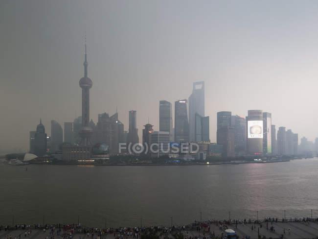 Fernblick auf Shanghais Skyline in der Abenddämmerung — Stockfoto