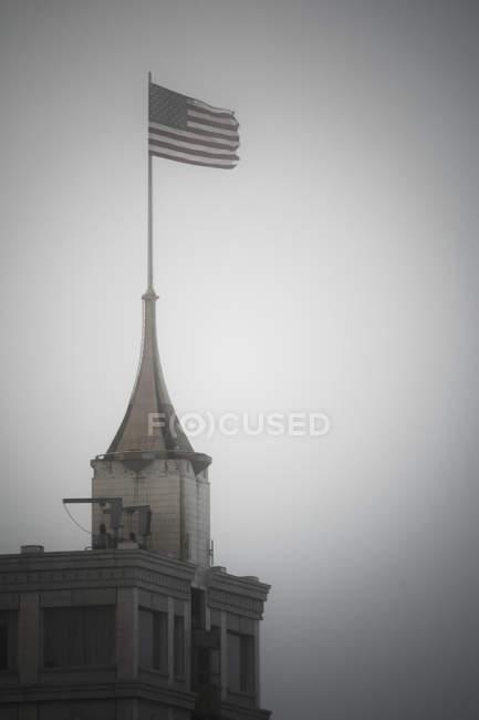 Американський прапор на вершині вежі проти зніміть небо — стокове фото