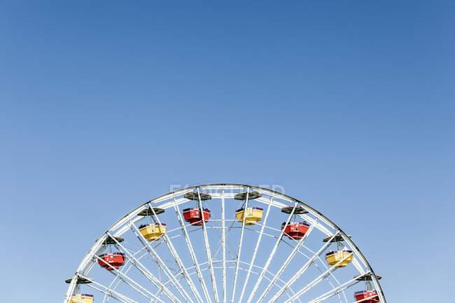 Обтинання чортове колесо проти ясного неба — стокове фото