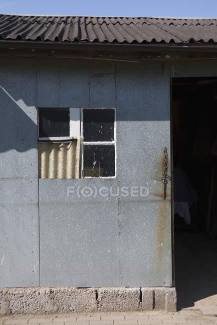 Vista exterior de cultivo del edificio de la granja de aves de corral - foto de stock