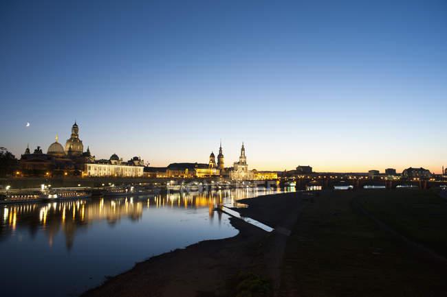 Подсветка фасадов Дрезден Скайлайн в сумерках — стоковое фото