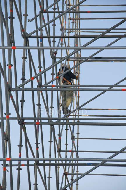 Blick auf Bauarbeiter, der auf einem Gerüst steht — Stockfoto