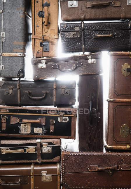 Повний кадр вистрілив старих валіз шпалерами білого кольору — стокове фото