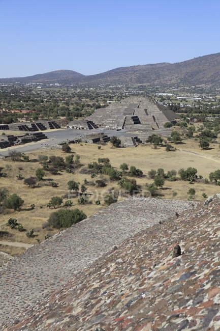 Vista distante de pirâmides de Teotihuacan contra claro céu azul — Fotografia de Stock