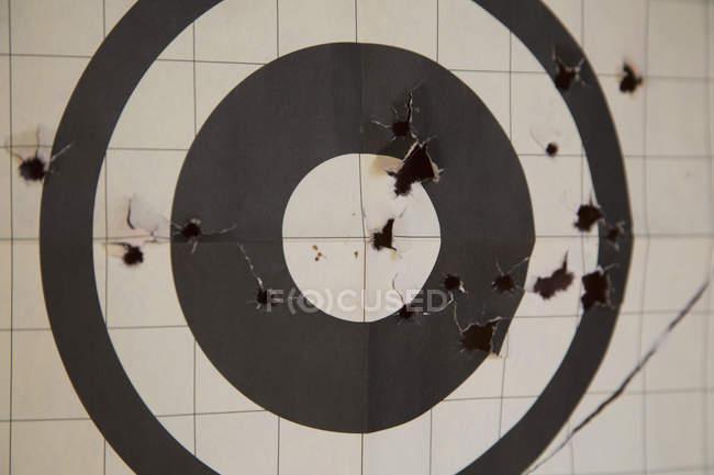 Крупный план цели с отверстиями от пуль — стоковое фото