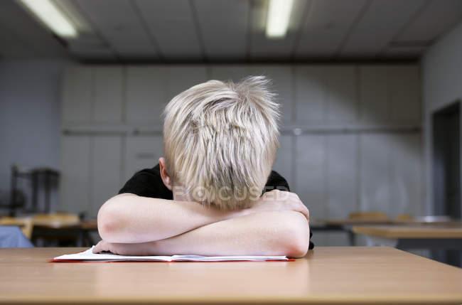 Garçon blond sieste pendant ses études — Photo de stock