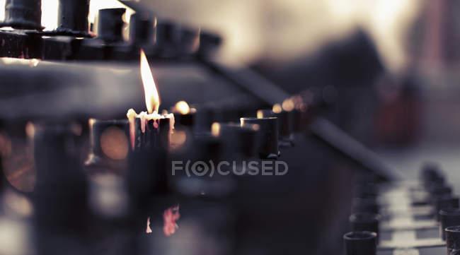 Крупним планом подання Свічка спалювання на вівтар — стокове фото