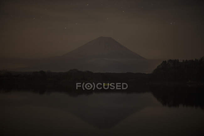 Calm lake against Fuji mountain during sunset dusk — Stock Photo