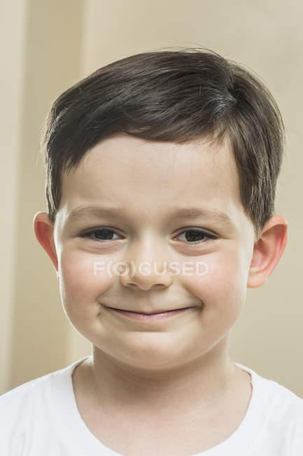 Портрет милого мальчика, улыбающегося в камеру — стоковое фото