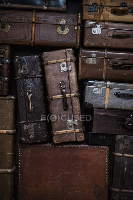 Повний кадр постріл з накопиченням старих валіз — стокове фото