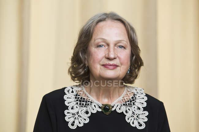Portrait of senior woman smiling, close-up — Stock Photo