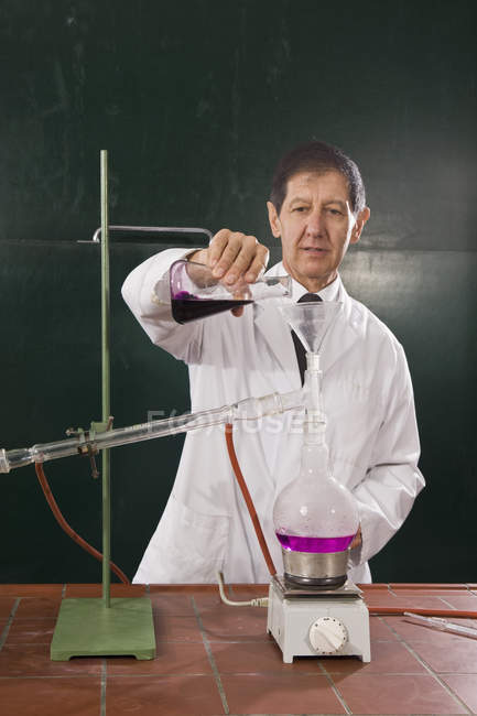 Un insegnante di chimica, conducendo un esperimento in classe — Foto stock