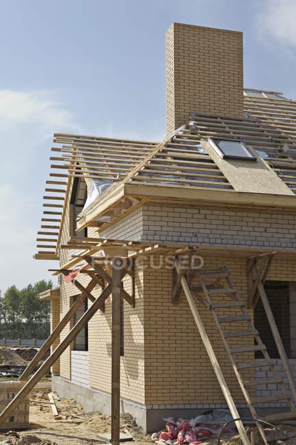 Vista exterior de la construcción de la casa en verano - foto de stock
