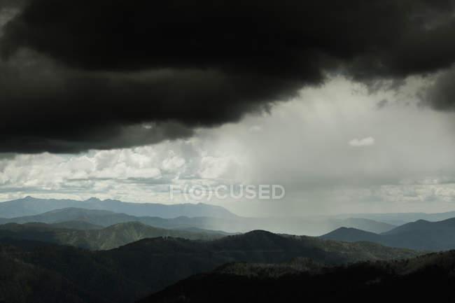 Cênico tiro de nuvens de tempestade sobre cadeias de montanhas — Fotografia de Stock