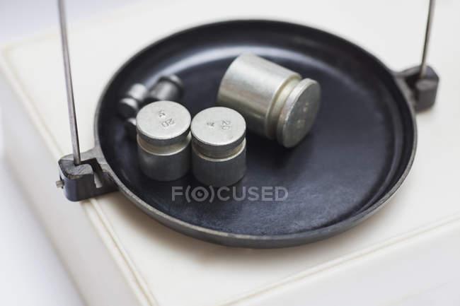 Vari pesi su scala di laboratorio — Foto stock
