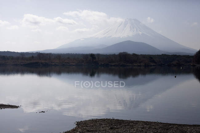 Scenic landscape of calm lake over Fuji silhouette — Stock Photo