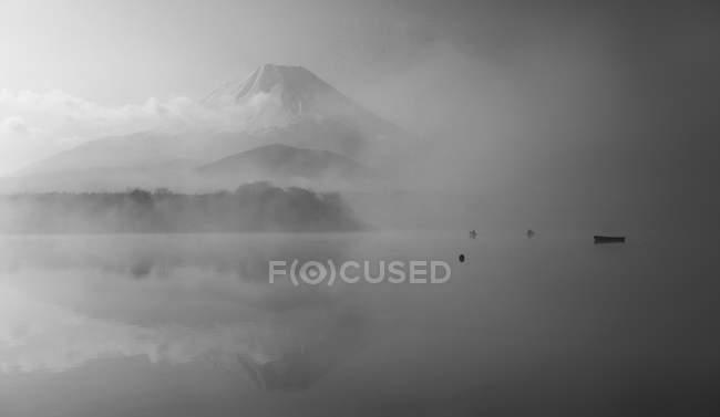 Lac et montagne Fuji par temps brumeux — Photo de stock