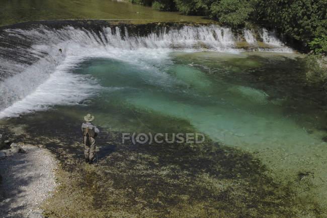 Rückansicht des Mannes am seichten Fluss Angeln — Stockfoto