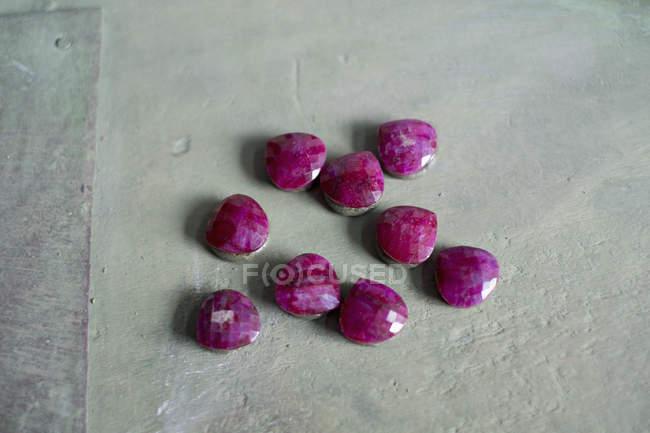 Высокий угол зрения розовые камни на серой поверхности — стоковое фото