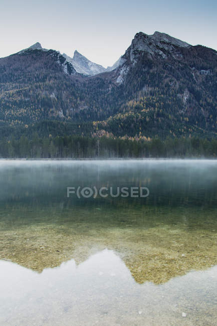 Idyllic view of Lake Hintersee and mountain — Stock Photo