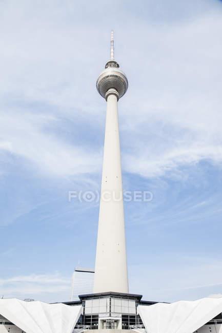 Vista di angolo basso della torre di comunicazione contro cielo nuvoloso — Foto stock