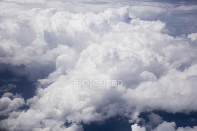 Мальовничим видом пухнасті білі хмари — стокове фото