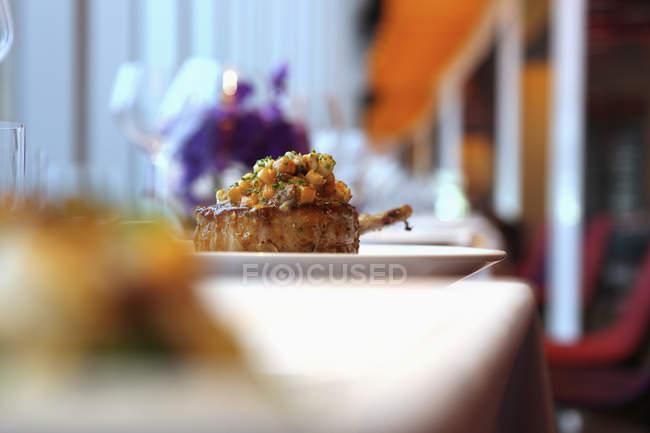 Баранина котлета з моркви сальса на тарілку — стокове фото