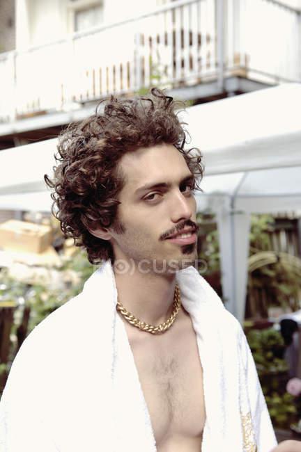 Mann trägt weißen Frottee-Mantel — Stockfoto
