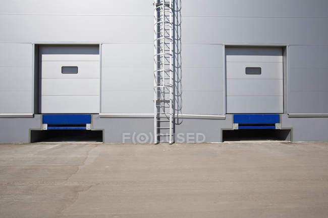 Vista esterna della facciata del metallo del magazzino con la scaletta — Foto stock