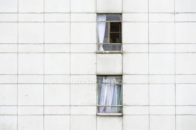 Vista exterior de fachada con ventanas de residencial edificio - foto de stock