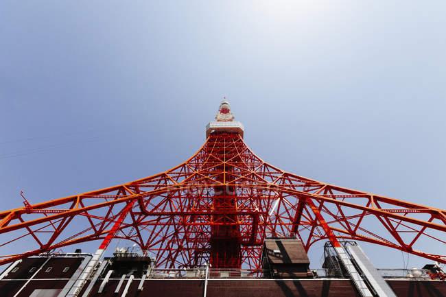 Vista dal basso della Torre di Tokyo contro il cielo libero — Foto stock
