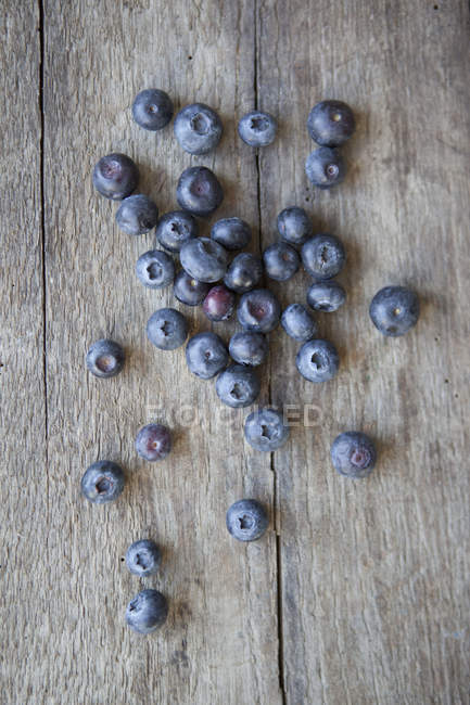 Directamente sobre la vista de arándanos sobre mesa de madera - foto de stock