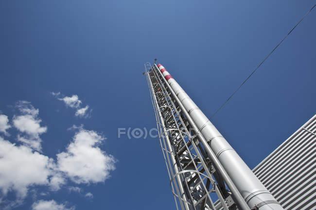Vista ad angolo basso della torre di distillazione — Foto stock