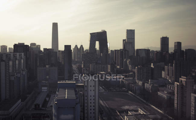 Cénica paisagem urbana com arranha-céus contra céu ensolarado — Fotografia de Stock