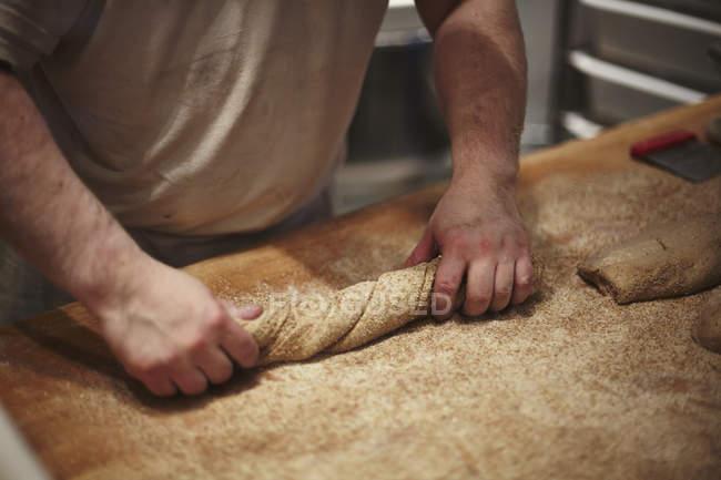 Partie médiane de l'homme préparant le pain au comptoir de la cuisine — Photo de stock