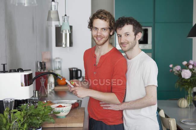 Retrato de casal gay dançando juntos na cozinha de amar — Fotografia de Stock