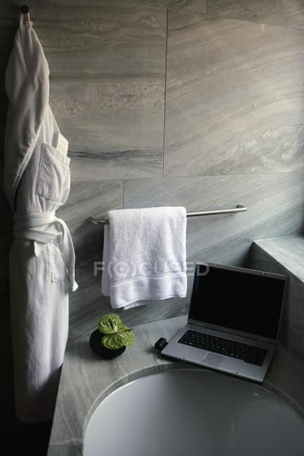 Laptop-Computer am Rand der Badewanne Leiste — Stockfoto