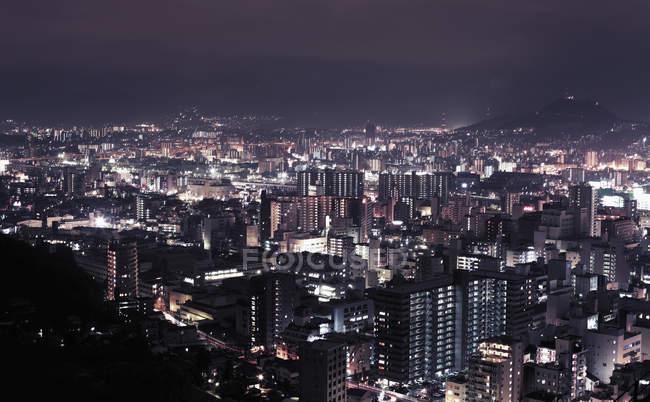Вид на освещенный город ночью — стоковое фото