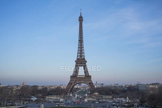 Эйфелева башня в городе против голубого неба — стоковое фото