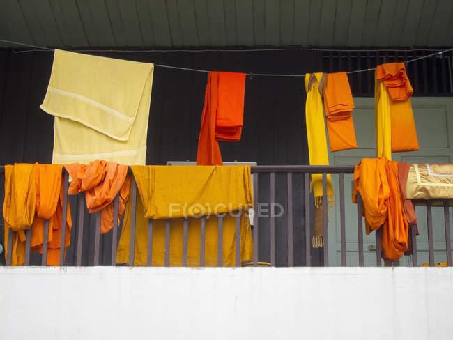 Mönchsroben und Handtücher trocknen auf Wäscheleine auf dem Balkon — Stockfoto
