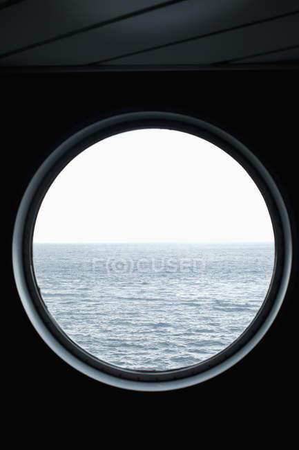 Безтурботний морський пейзаж видно через ілюмінатора — стокове фото
