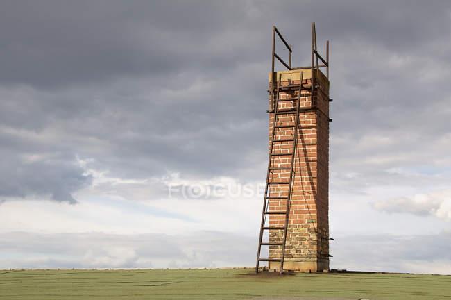 Camino di mattoni con scala contro il cielo tempestoso — Foto stock