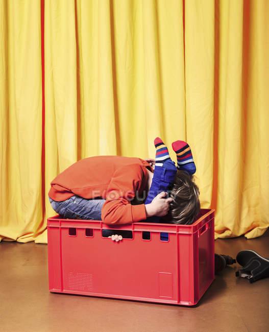 Діти грають в кошику — стокове фото