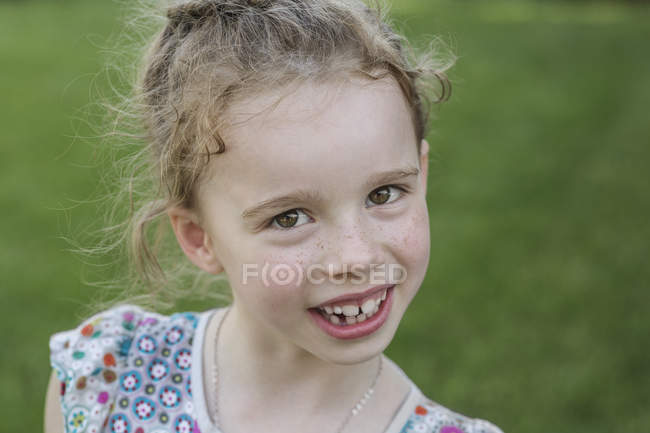 Portrait of cute girl smiling outdoors — Stock Photo