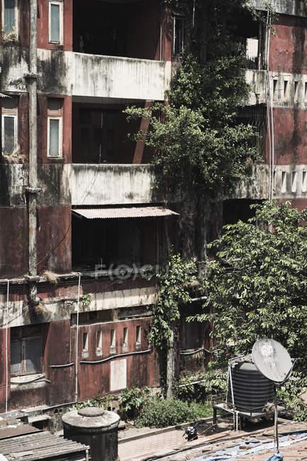 Vista exterior de la fachada del antiguo edificio con balcones - foto de stock