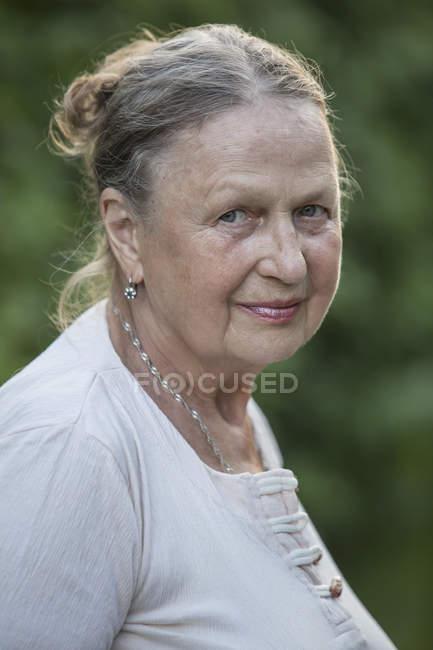 Porträt einer Seniorin, die im Freien lächelt — Stockfoto