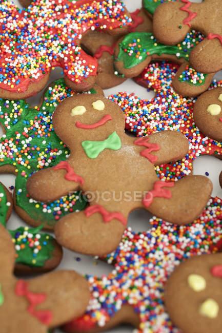Cerrar vista de galletas hombres de jengibre decoradas - foto de stock
