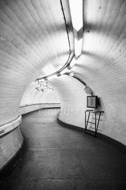 Innere des beleuchteten unterirdischen tunnel — Stockfoto