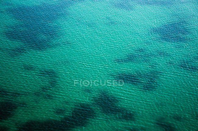 Vue aérienne de l'eau turquoise de mer et du fond peu profond — Photo de stock