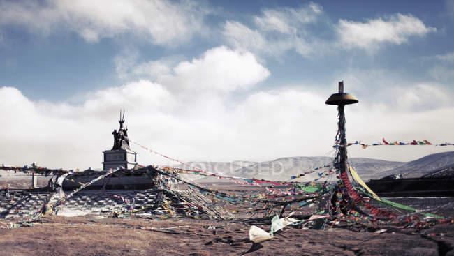 Рапунцель: запутанная история, овсянка на пост в горах против пасмурное небо — стоковое фото